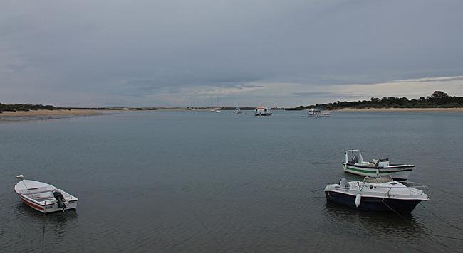 Det är här det sker, de fyra vattenströmmarna möts. Från floden och från havet sedan från kanalen mellan ön Ilha de Tavira och fastlandet.