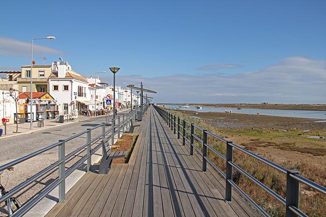 En gångbro följer hela strandgatan.