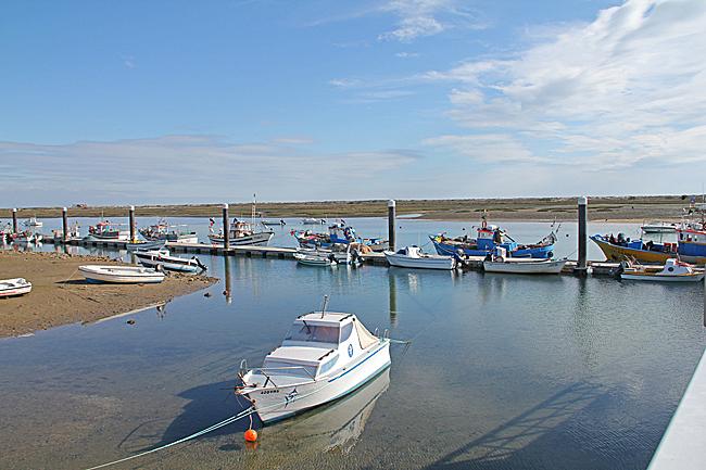 Alla fiskebåtar vittnar om att fisket fortfarande har stor betydelse i Cabanas de Tavira.