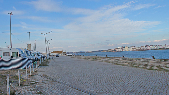 Från hamnen och den första raden med husbilar på ställplatsen ser man Ayamonte i Spanien på andra sidan floden.