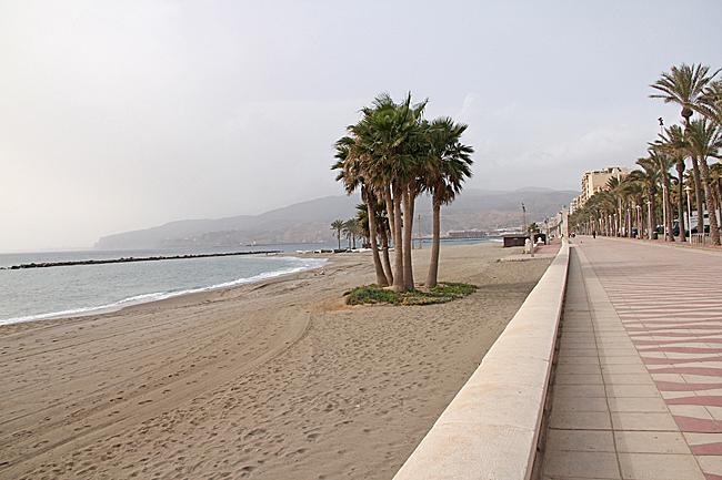 En bred strandpromenad leder in mot centralare delar.
