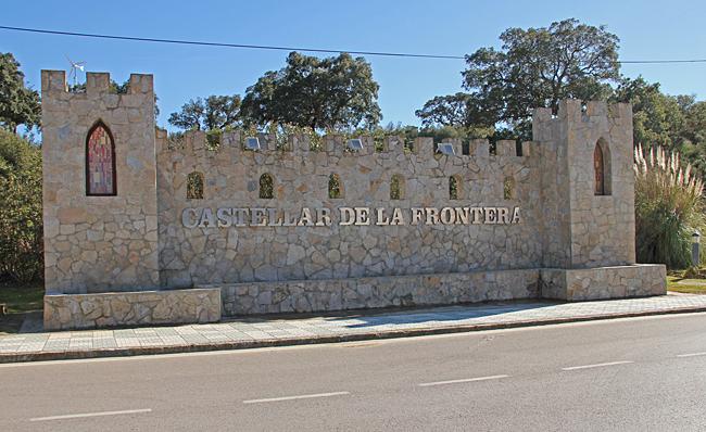 En rejäl välkomstskylt vid infarten till Castellar de la Frontera.