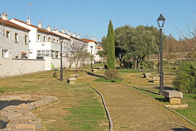 Den nya staden domineras av vita moderna hus och öppna grönområden.