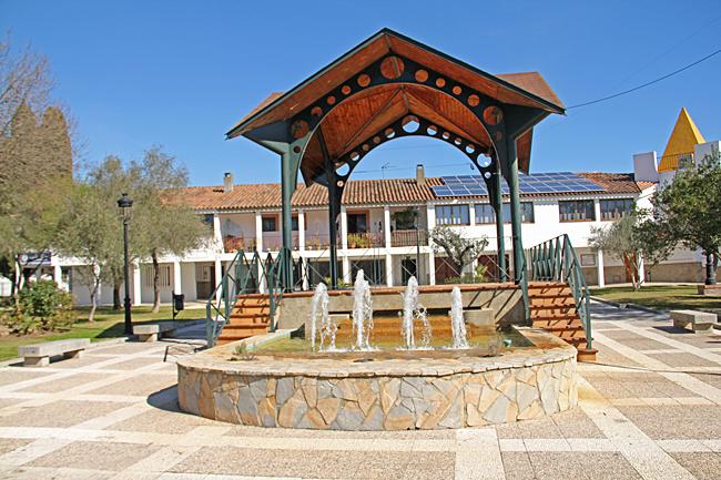 Plaza de Andalucia i centrum med planteringar, fontäner och skulpturer.