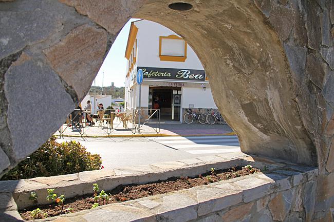 Runt torget finns några restauranger och cafeér.
