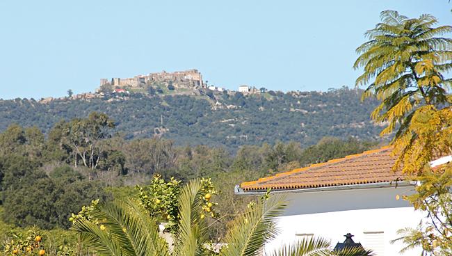 Den gamla byn Castellar de la Frontera kan ses över hustaken från den nya staden.