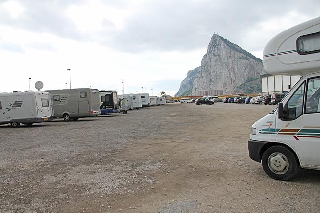 Parkeringen vid fotbollsplanen i La Linea Kostar €4 per dygn. Ingen service men det går att tömma i en brunn. Koordinater N36°09.529' V005°20.360'