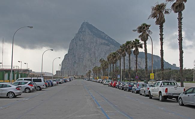 En lugn dag i La Linea på grund av ett mörkt moln som hänger över Gibraltarklippan.