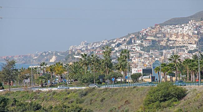 Västerut klättrar husen längs berget och har en härlig utsikt över Medelhavet.