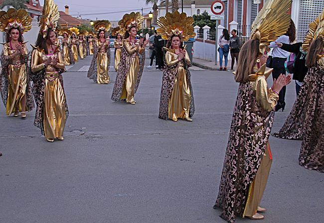 På lördagskvällen var det carneval i staden.