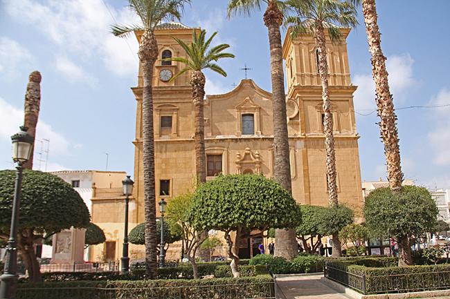 Kyrkan Nuerstra Señora de La Asuncion kan ses på långt håll med sina tre torn.