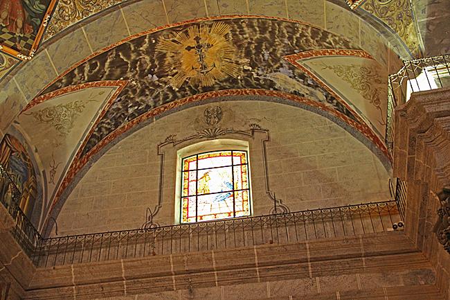 Vackra takmålningar och ljusinsläpp.