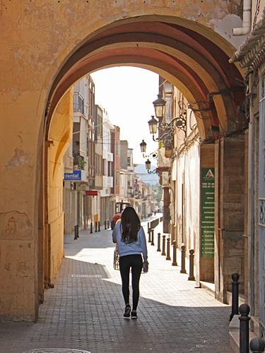 Bakom kyrkan finns porten till gamla stan med smala historiska gator.