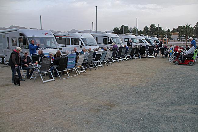 Husbilsklubbens träff i Huércal-Overa inleddes på fredagskvällen med en gemensam måltid mellan bilarna.