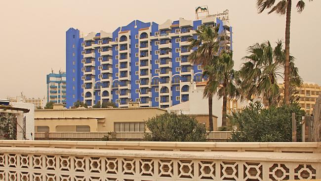 Ett färgstarkt hotell som syns på långt håll.