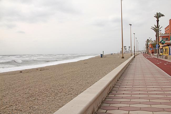 Den långa strandpromenaden var hårt utsatt i blåsten.