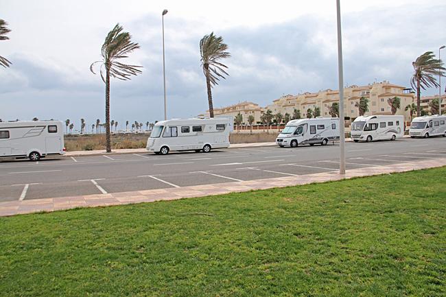 Parkering längs gatorna i Las Marinas vid Roquetas de Mar.