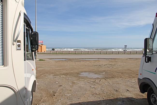 Strandparkering med utsikt över havet.