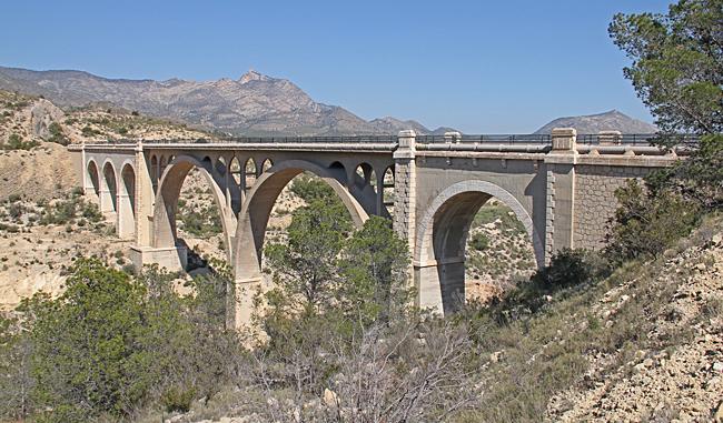 Gammal bro över en ravin