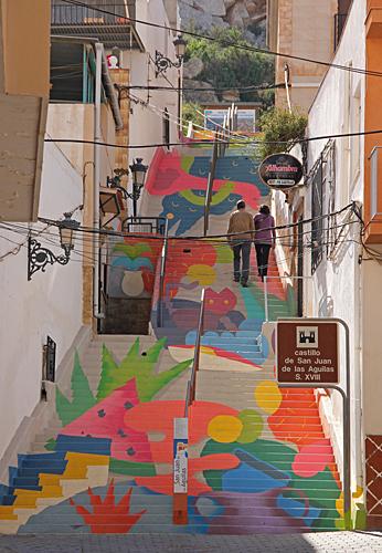 Dekorerad trapp upp till borgen.