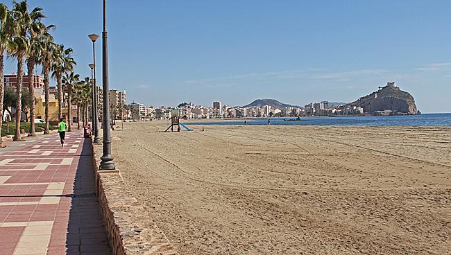 En liten del av strandpromenaden. Till höger syns Castillo de San Juan de las Águilas.