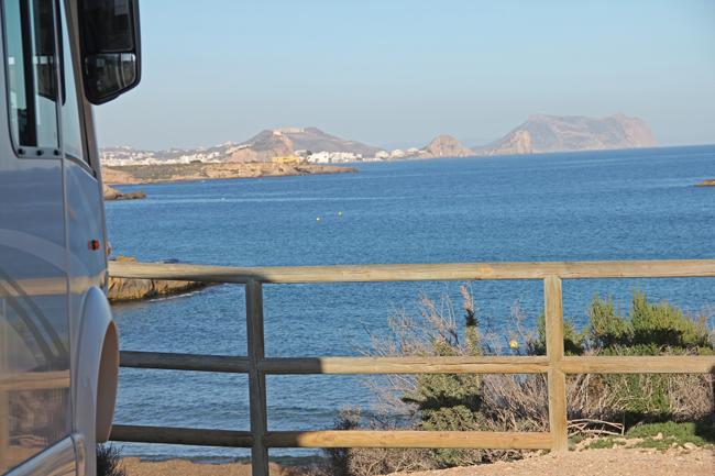 Utsikt från husbilen mot Águilas och med stranden direkt nedanför.