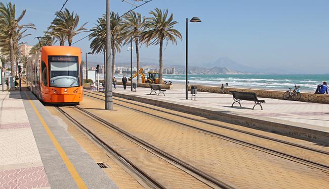 Tåget in till Alicante avgår från strandpromenaden vid Playa de Muchavista.