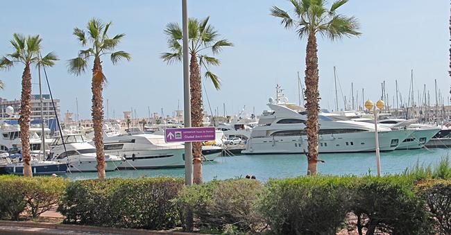 I hamnen ligger många lyxbåtar.