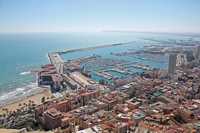 Hamnen i Alicante sedd uppe från fästningen.
