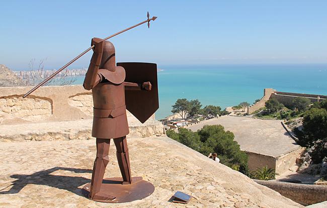 Staty i järn blickar ut över Medelhavet.