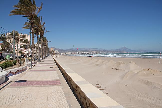 Det var blåsigt längs strandpromenaden till El Campello.