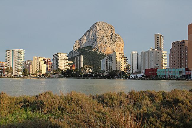 Den mäktiga klippan i Calpe sedd från platsen där vi står med saltsjön i förgrunden.