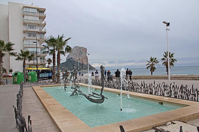 Vid stranden nedanför centrum finns denna fontän där strandpromenaden börjar.