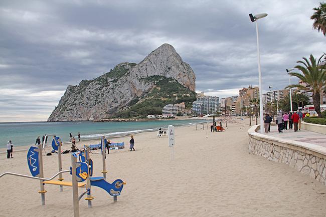 Klippan och stranden på den östra sidan. Stranden ligger öde på grund av kyligt väder.