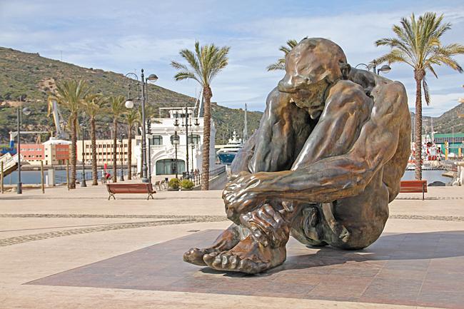 Zulo är en bronsskulptur av Victor Ochoa på esplanaden vid hamnen i Cartagena den är 4,80 meter hög. Skulpturen är stadens hyllning till terrorismens offer.