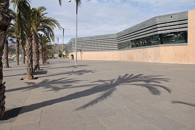 I hamnen finns några stora byggnader med modern arkitektur.