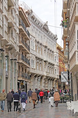 Efter största shoppinggatan Calle del Carmen, finns många vackra hus.