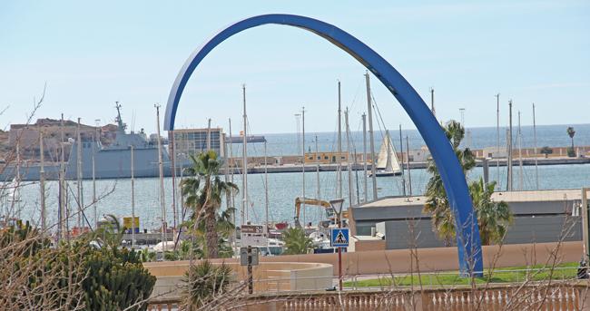 Utsikt ner mot hamnen från de äldre stadsdelarna.