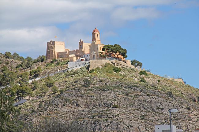 Fästningen ligger på toppen av en kulle.