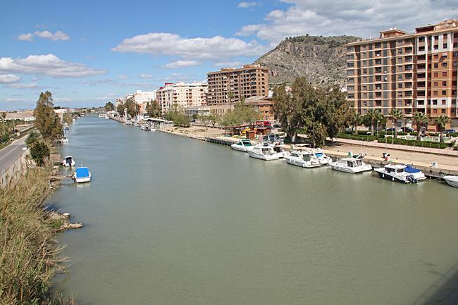 Staden ligger vid mynningen av floden Jucar.