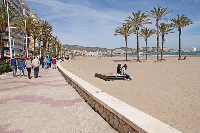 Många är ute och flanerar längs strandpromenaden på söndagen.