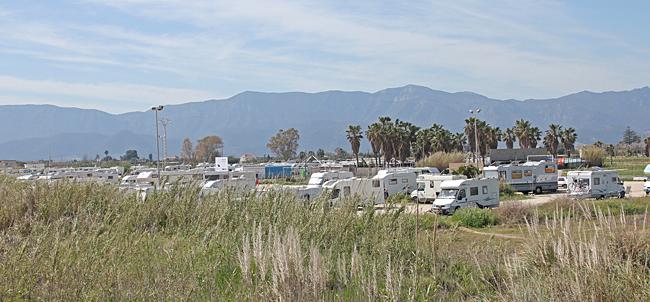 Hundratals husbilar står på denna strandparkering.