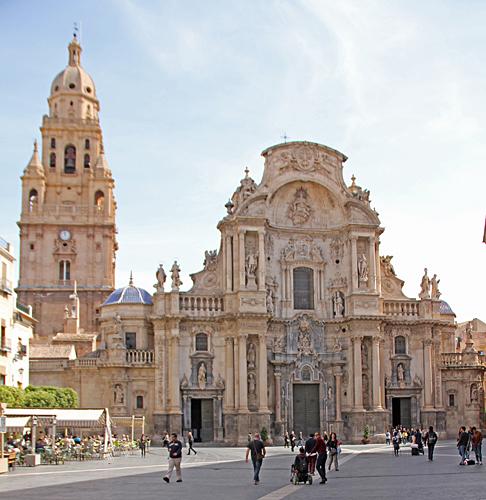 Catedral de Murcia. Klockstapeln byggdes mellan 1521 och 1791 och är 96 meter hög, den högsta klockstapeln i Spanien. Det finns tjugofem klockor och alla har sitt eget namn.