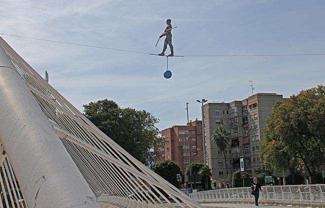 Broarna över floden Segura är utsmyckade med figurer. Här en man som går på lina.