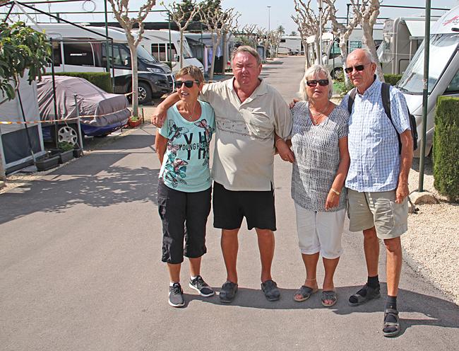 När vi tittar in på camping Bahia träffar vi på Gun och Bjarne. Gun är en skolkambrat till mig från småskolan. För 2 år sedan träffades vi i Silves för första gången på nästan 60 år och nu igen så där bara helt appråpå.