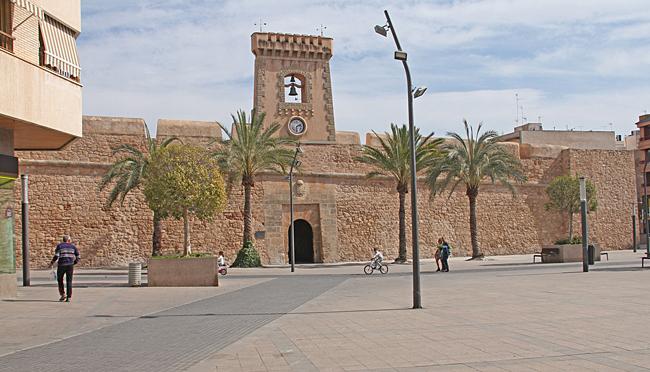 Fästningen från 1600 talet ligger mitt i centrum av Santa Pola och byggdes som försvar mot piratattacker.