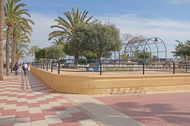 En liten upphöjd park vid strandpromenaden.