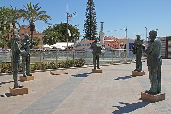 Monument till hyllning för Torreviejas Musiker ligger på Paseo de Vista Alegre.