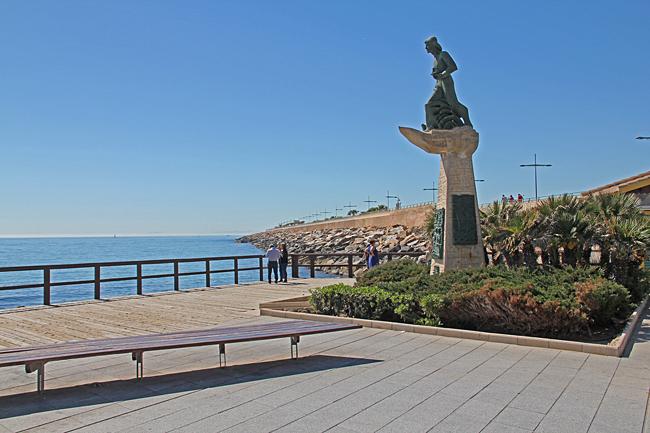 Piren som är 1350 meter lång går rakt ut i Medelhavet från strandpromenaden.