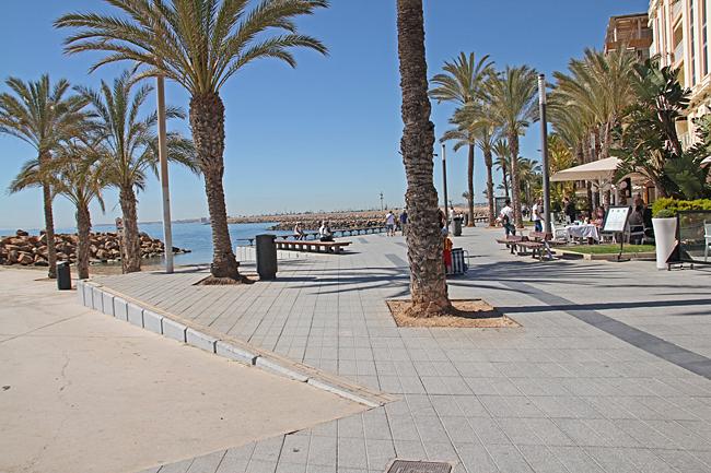 Många restauranger har fösta parkett längs strandpromenaden.